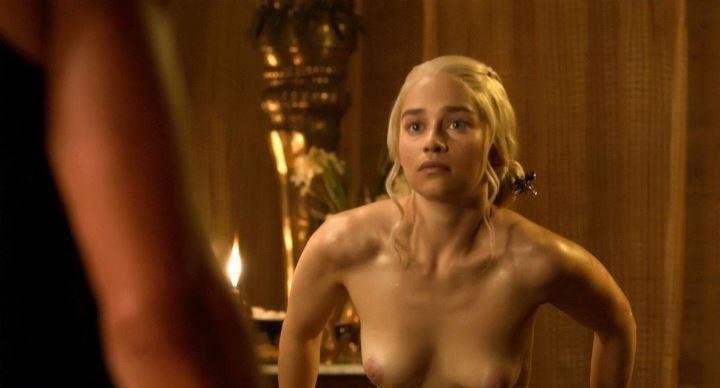 Дейенерис Таргариен с голой грудью