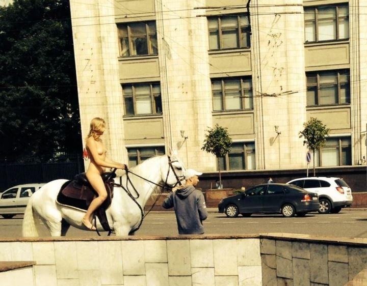 Голая Александра Бортич на коне