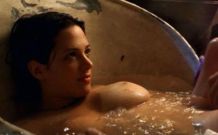 голая Азия Ардженто принимает ванну