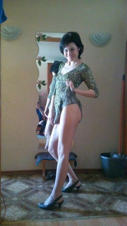 Глория Августинович задрала подол платья