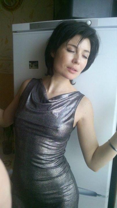 Глория Августинович в обтягивающем платье без лифчика
