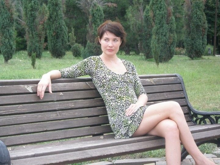 Глория Августинович задрала платье и показала ножки