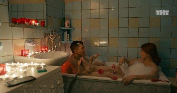 голая Ксения Суркова принимает ванную с парнем