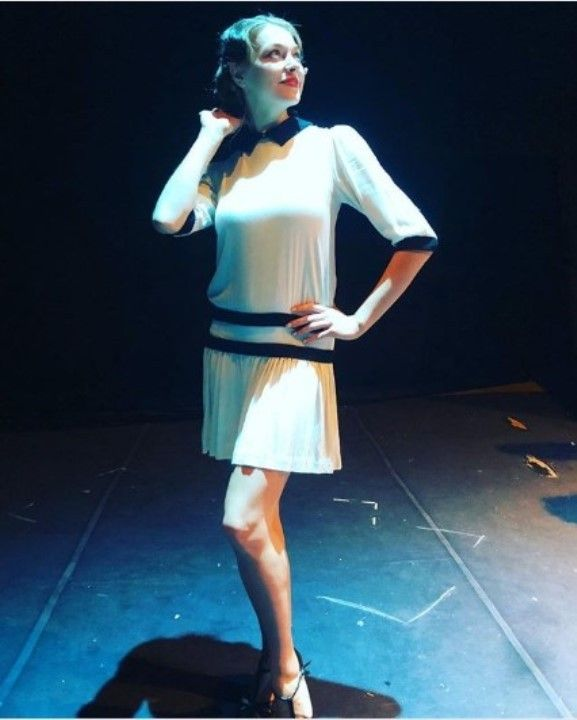 Александра Никифорова в коротком платье