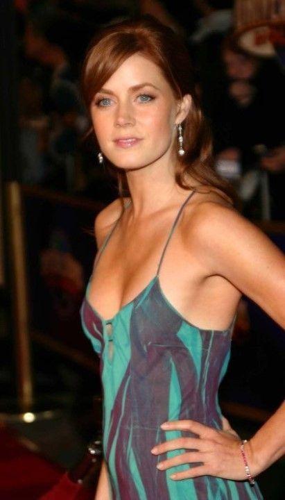 Эми Адамс в открытом платье без лифчика