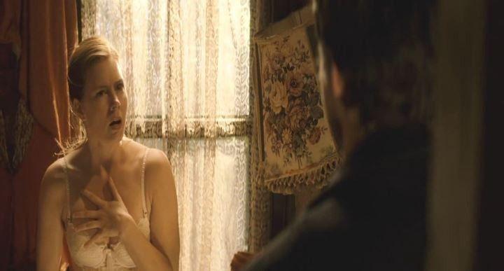Эми Адамс прикрывает грудь