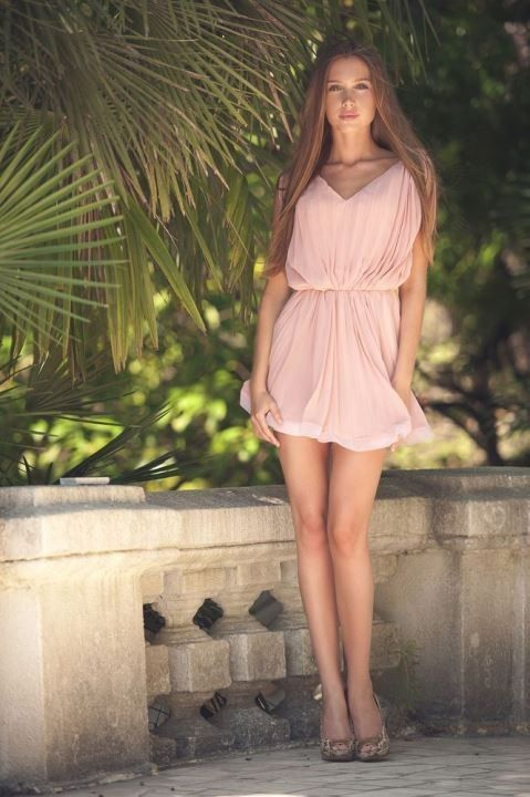 Анна Андрусенко в коротком платье