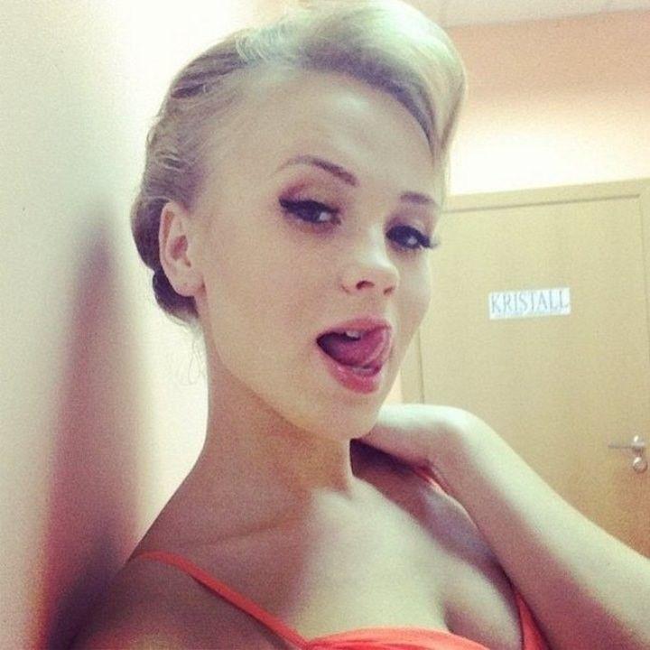 Анна Кошмал облизывает губки