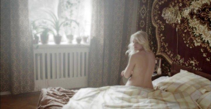 обнаженная Анна Котова на постели