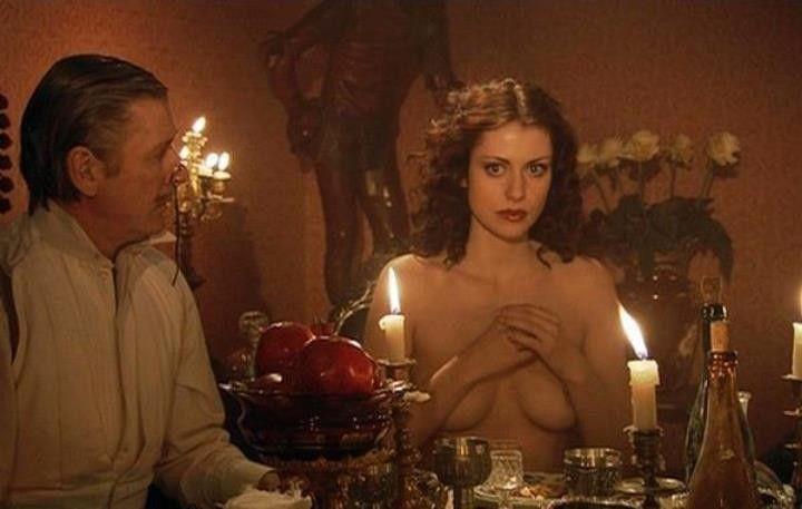 Анна Ковальчук прикрыла грудь руками