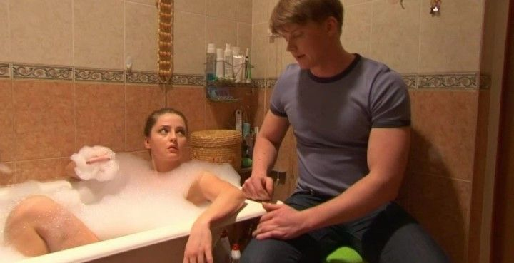 голая Анна Михайловская в ванной