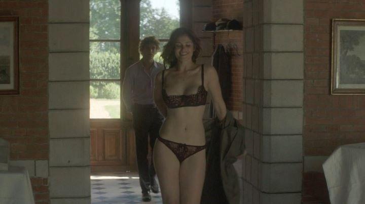 Джемма Артертон в нижнем белье