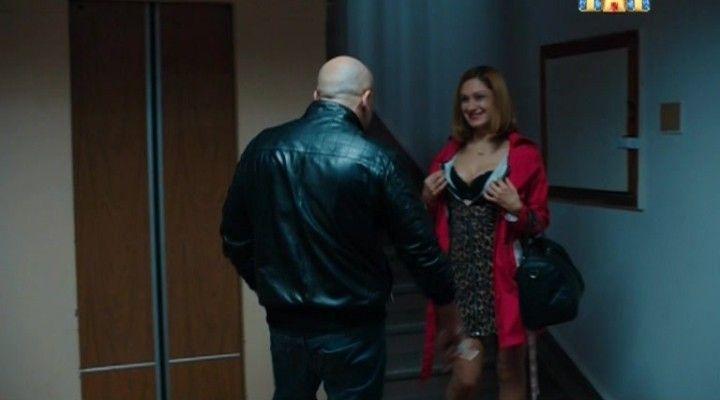 Карина Мишулина показывает грудь