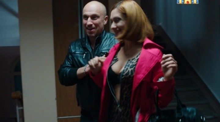 Карина Мишулина обнажила грудь
