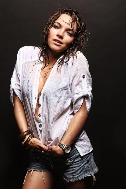 Наталья Земцова в мокрой рубашке