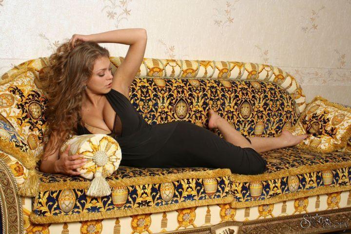 Оксана Почепа в секси платье