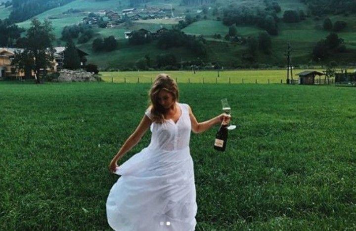 Полина Филоненко в прозрачном платье