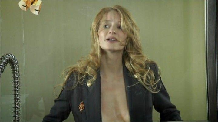 Светлана Ходченкова в кителе на голое тело