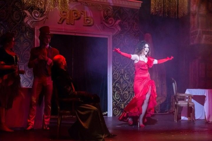 Вероника Лысакова в красном обтягивающем платье