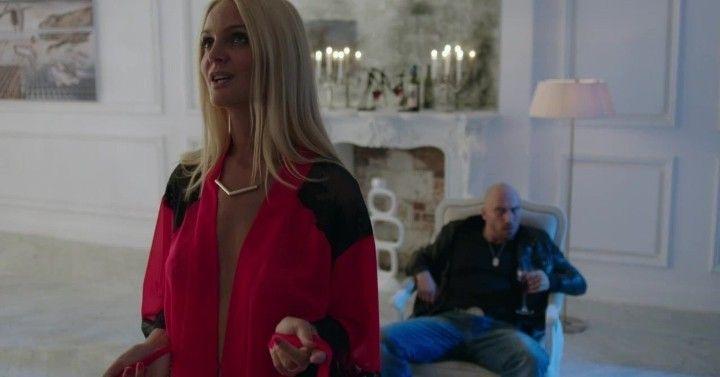 Екатерина Мельник в прозрачном халате без лифчика