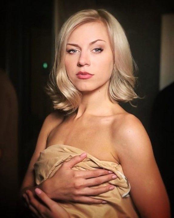 голая Юлия Юрченко прикрывает грудь