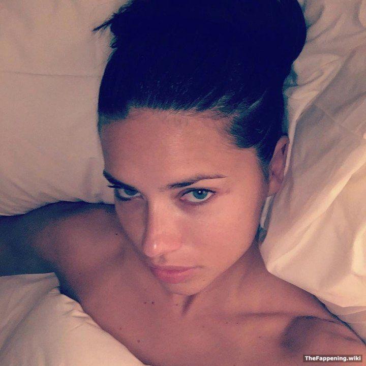 голая Адриана Лима в постели