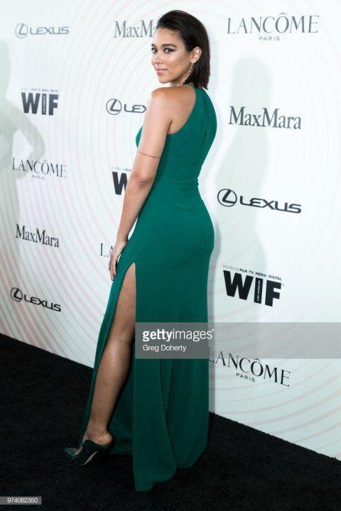 Александра Шипп в платье с глубоким вырезом