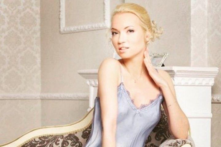 Анастасия Гулимова в пеньюаре