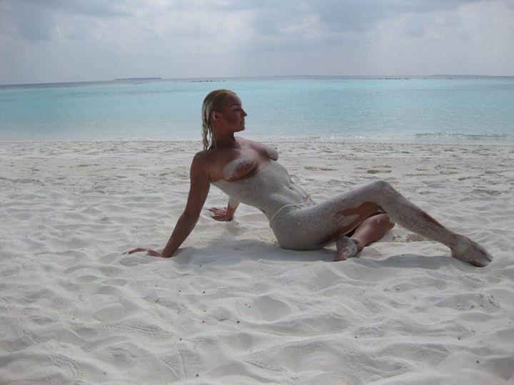 Голая Анастасия Волочкова в песке