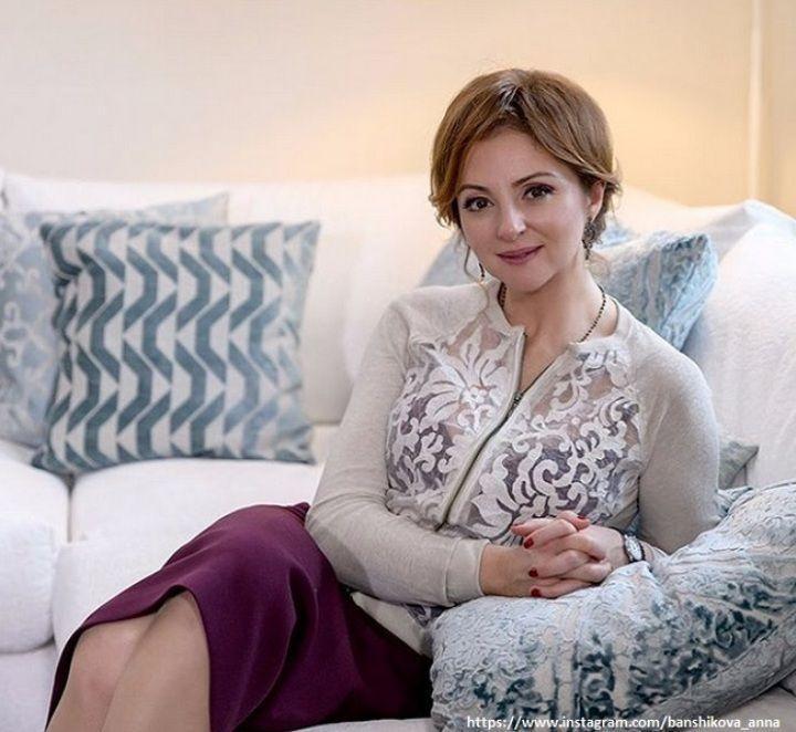 Анна Банщикова в прозрачной кофте