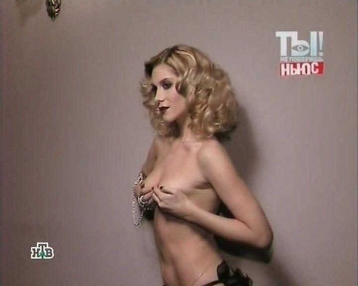 Анна Невская с голой грудью