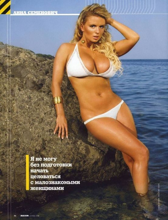 Анна Семенович в купальнике