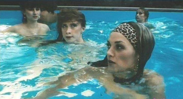 голая Анна Уколова в бассейне