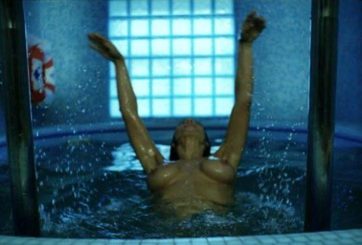голая Екатерина Стриженова в бассейне