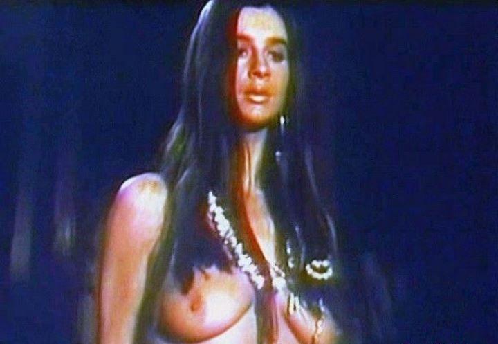 Екатерина Стриженова с голой грудью