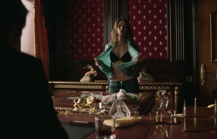 Елена Лядова снимает блузку