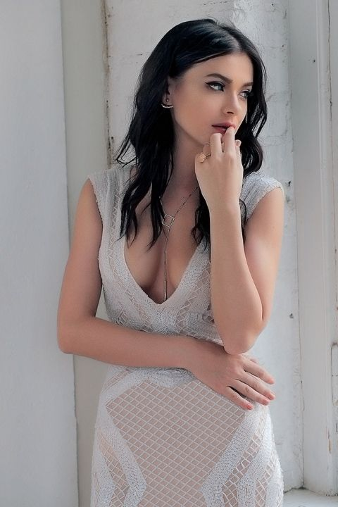 Елена Темникова в голом платье