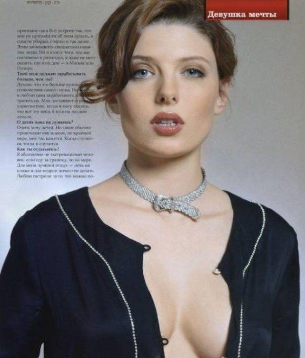 Эмилия Спивак без лифчика
