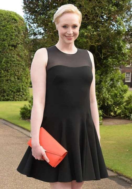 Гвендолин Кристи в платье без лифчика