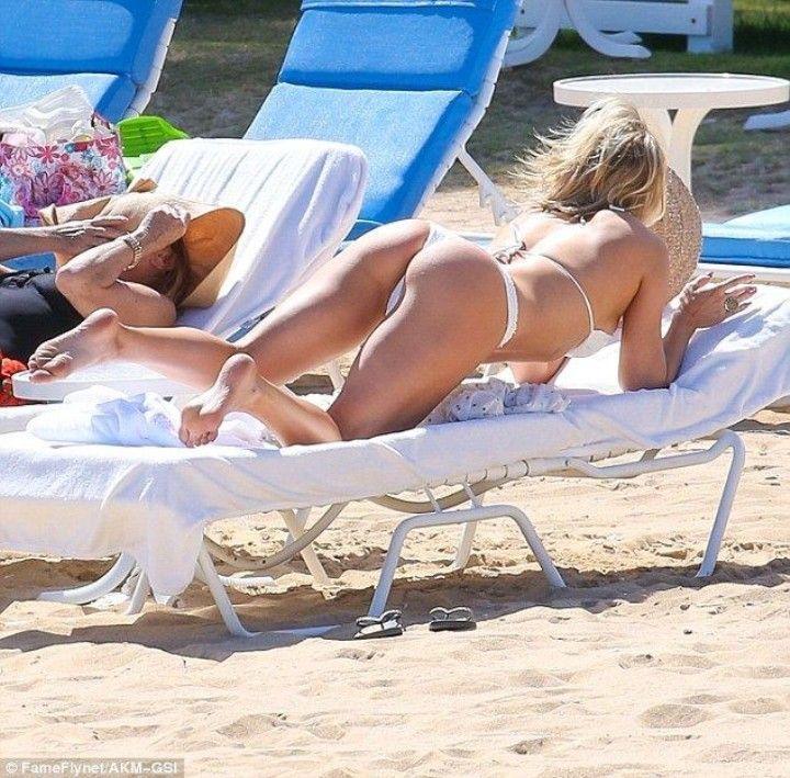 Кейт Хадсон в стрингах на пляже