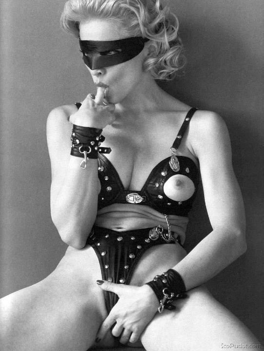 Мадонна с голой грудью