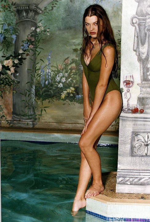 Милла Йовович в купальнике