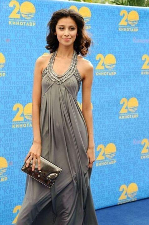 Равшана Куркова в платье без лифчика