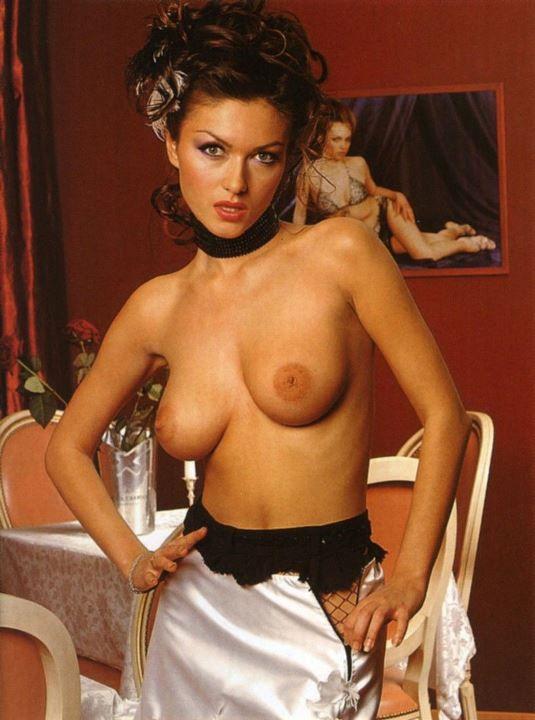 Юлия Такшина с голой грудью