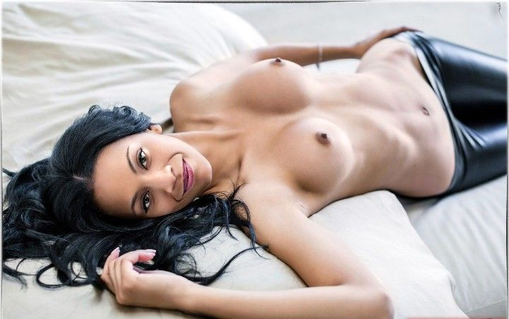 голая грудь Зои Салдана