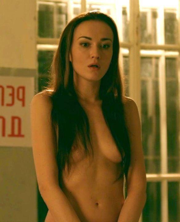 Александра Булычева с голой грудью