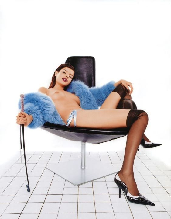 Анна Азарова с голой грудью