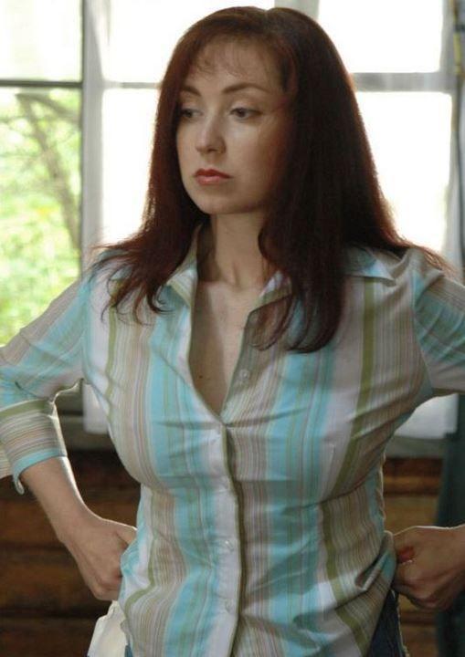 Анна Большова в рубашке без лифчика