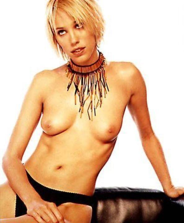 Эмма Сьоберг с голой грудью