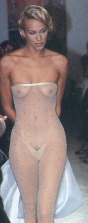 Эмма Сьоберг в голом платье